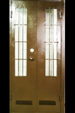Входная дверь с решеткой